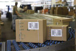 Chaque produit, chaque carton reçoit la bonne étiquette par le biais d'un distributeur d'étiquettes, de sorte qu'il y a moins de retours pour cause d'erreur d'étiquetage.